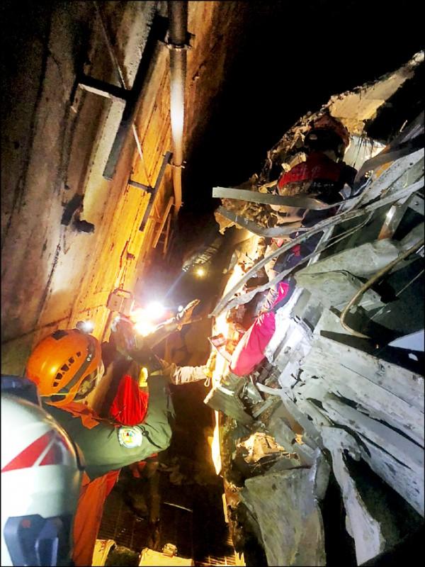 許多消防救難人員、警察前進第一線工作,看著一具具殘缺不全的遺體相當沉重,花蓮慈濟醫院呼籲小心「創傷後壓力症候群」)。 (記者王錦義翻攝)
