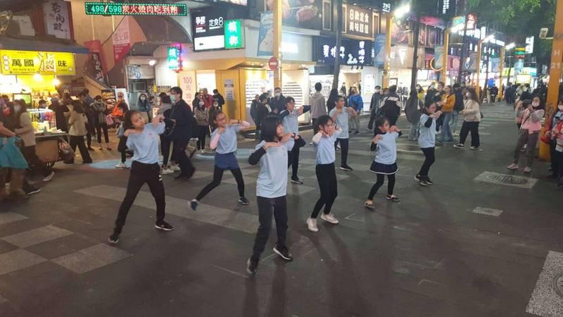 育仁國小在台北西門町快閃宣傳全中運。(記者詹士弘翻攝)