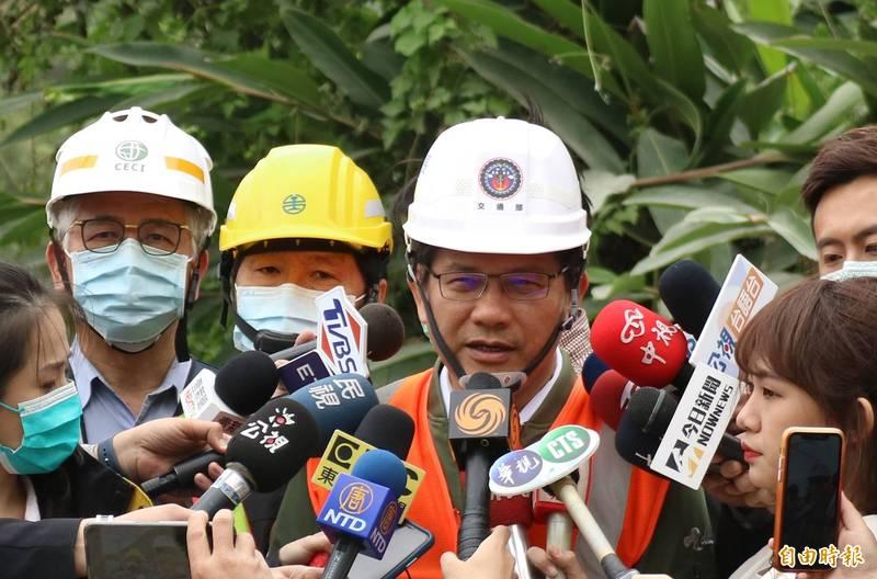 交通部長林佳龍昨夜在臉書上請辭,今天一早仍到事故現場說明搜救進度。(記者王錦義攝)
