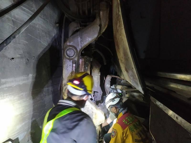 台鐵太魯閣408列車意外事故,第六節車廂下的轉向架幾乎被撞成直立的狀態。(記者王錦義翻攝)