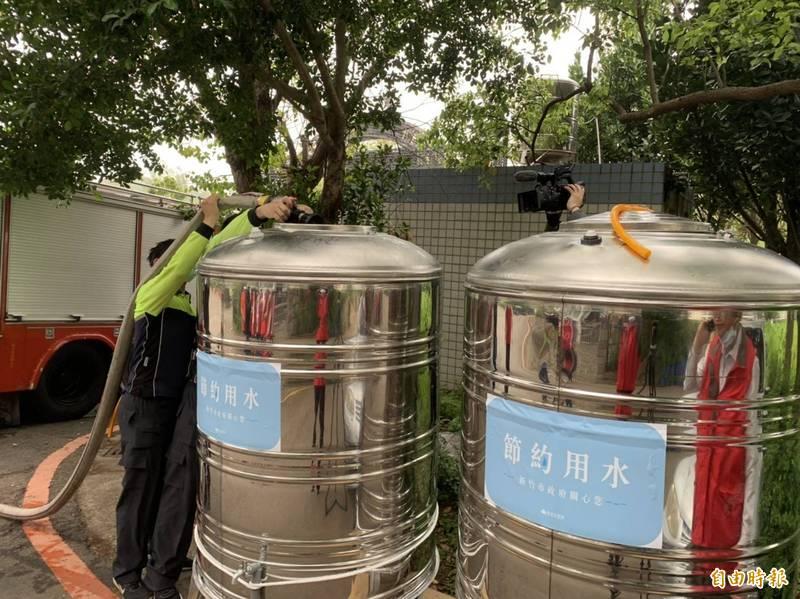 水情嚴竣,新竹市有438戶明起供5停2,新竹市政府已設3處6個水塔供民眾取水備用。(記者洪美秀攝)