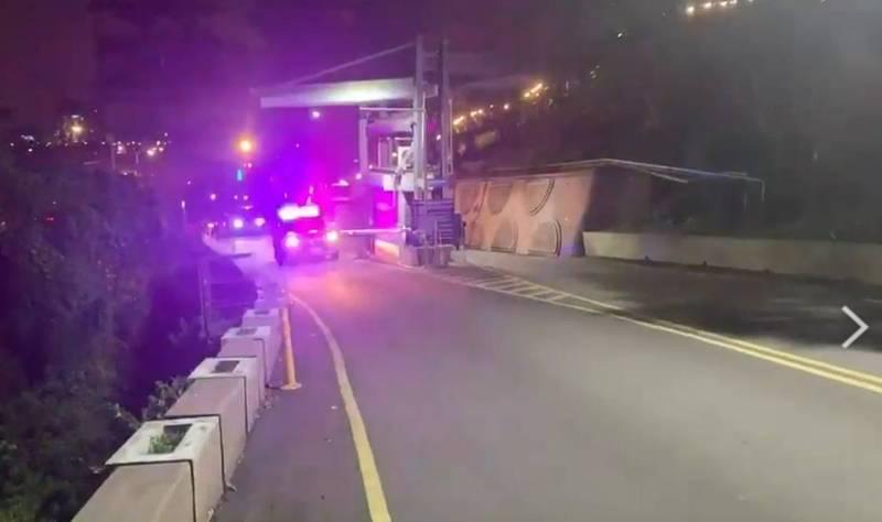 三峽分局在昨天晚間10點15分將曾姓女學生遺體護送到三峽火葬場。(警方提供)