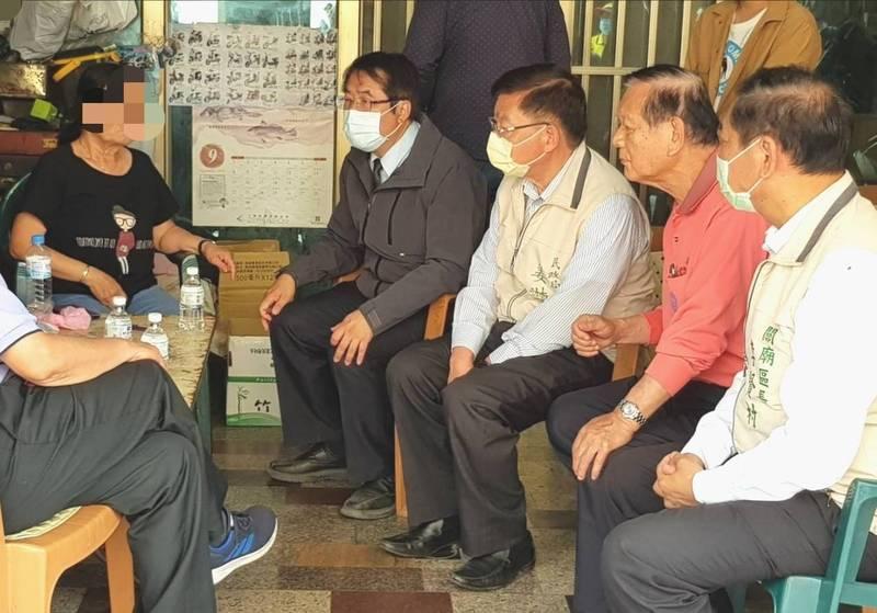 市長黃偉哲先至關廟蔡家,探視罹難者的阿嬤。(台南市政府提供)