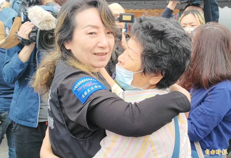 76團隊發言人王薇君說,家屬感謝的擁抱,是修復師最大的報酬。(記者花孟璟攝)