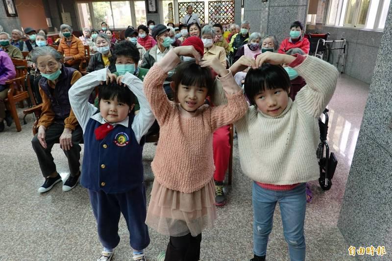 宜蘭縣7歲女童潘彤桐(中)許下生日願望,祝福台語天后詹雅雯早日康復。(記者江志雄攝)
