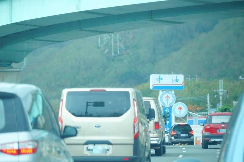 連閣揆蘇貞昌的車隊都塞在車陣中(金色廂型車隊)。(民眾提供)