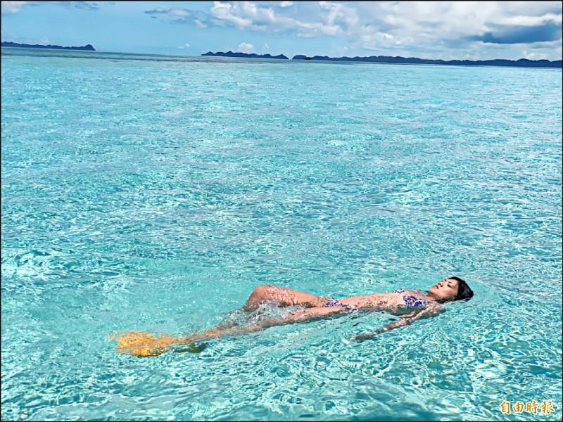 首發團旅客自在地在帛琉德國水道游泳。(記者蕭玗欣攝)