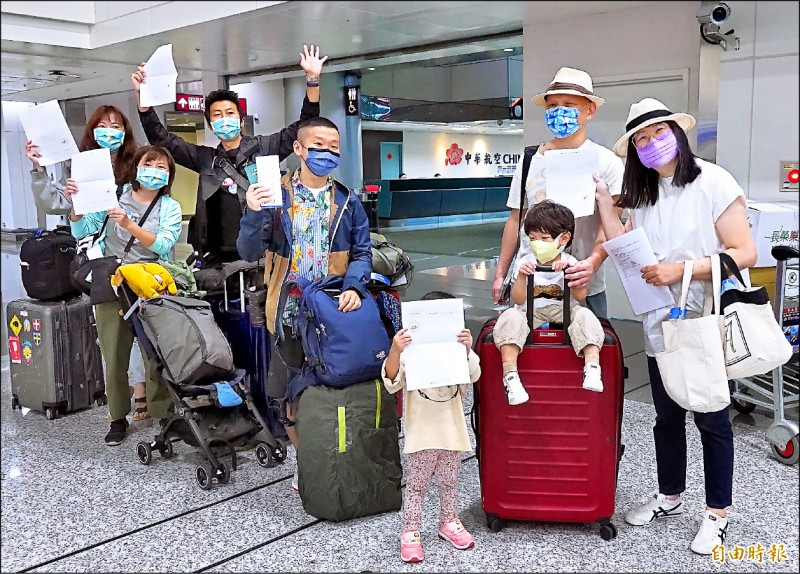 帛琉旅遊泡泡第二團4日下午1時30分啟程,10名團客取得檢驗報告後開心前往華航櫃台辦理報到。(記者朱沛雄攝)
