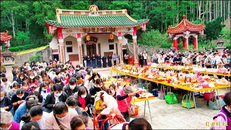 苗栗縣傅氏宗族,今年有700多位宗親到場祭祖,表達慎終追遠情懷。(記者張勳騰攝)