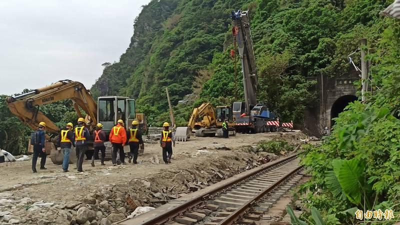 台鐵事故仍在搶救中。(記者王錦義攝)