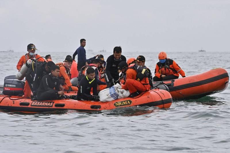 印尼漁船在爪哇海上與貨船相撞,造成漁船人員2死15失蹤,目前當局仍在全力搜尋落水漁民。印尼國家搜救機構(Basarnas)示意圖。(法新社)