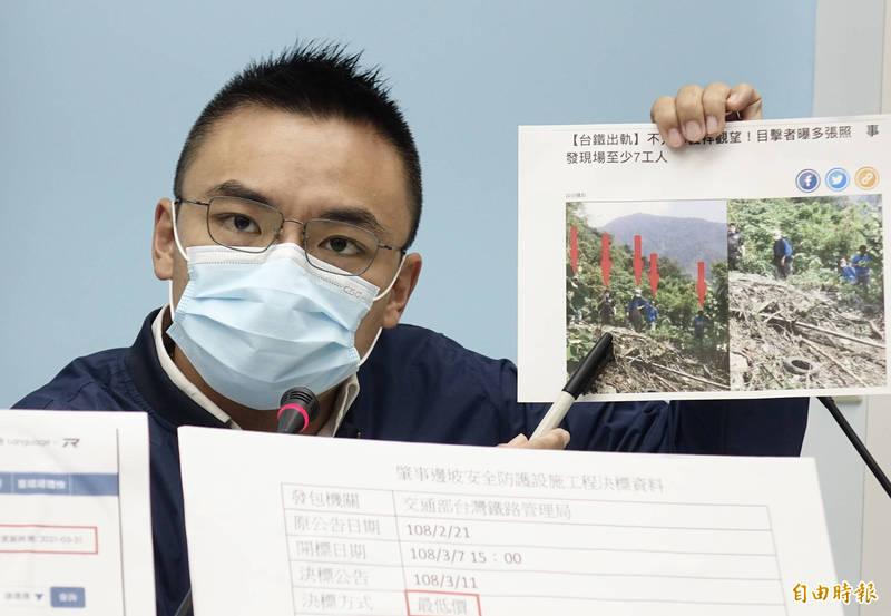 國民黨立法院黨團5日召開記者會,立委洪孟楷指出事發現場至少有七名工人。(記者簡榮豐攝)