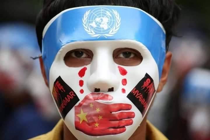 緬甸民眾戴著「反中國噤聲聯合國」面具,進行遊行。(圖擷取自推特帳號sfys000)