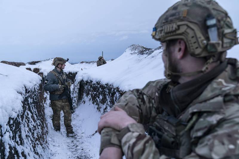 烏克蘭宣佈今年夏天將與北約展開聯合軍演。圖為在烏東邊境駐守的烏克蘭士兵。(美聯社資料照)