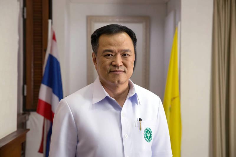 泰國衛生部長阿努廷(見圖)表示,「娛樂場所近日出現多起群聚感染,疫情有再升溫的趨勢,我們正在重新考慮,是否應對特定場合採取更多防疫管控措施」。(彭博)