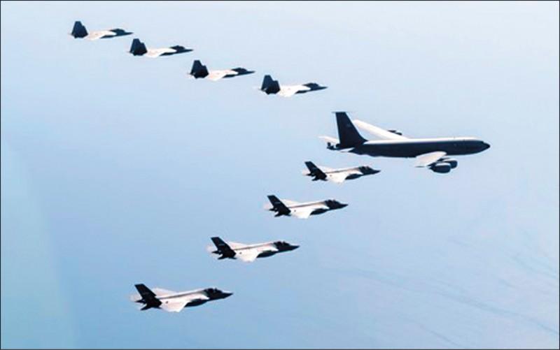 日本航空自衛隊4架F-35戰機(右下4架)1日和美國空軍F-22戰機與KC-135空中加油機,在日本附近空域進行聯合訓練。(取自網路)