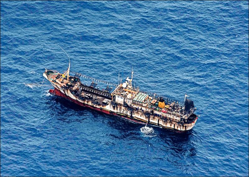 美國情報機構建議,華府應該和南美洲國家籌組聯盟,反制中國遠洋船隊在美洲海域的濫捕行為。圖為一艘漁船去年八月在厄瓜多加拉巴戈斯群島(Galapagos Islands)專屬經濟區(EEZ)外的國際水域活動。據悉這些漁船大多懸掛中國國旗。(路透檔案照)