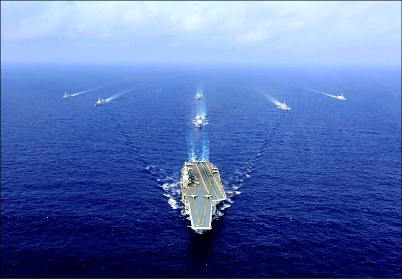 中國海軍航空母艦「遼寧號」為首的編隊,三日第六度穿越沖繩本島與宮古島間的宮古海峽。圖為遼寧號編隊二○一八年四月在海上演訓,甲板上可見少數艦載機。(法新社檔案照)