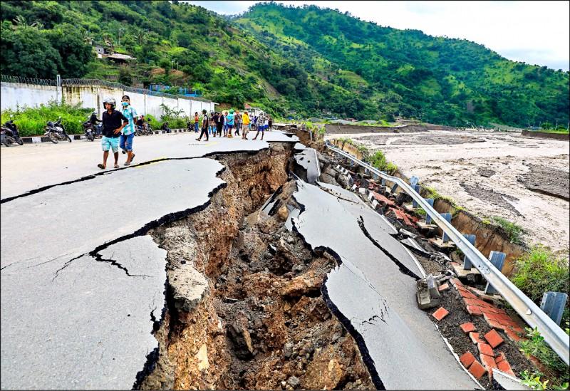 東帝汶首都狄力一處道路在洪水沖刷下崩毀。(歐新社)