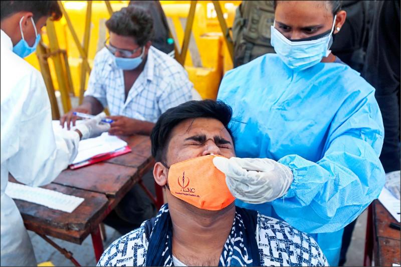 馬哈拉施特拉邦首府孟買,一名男子在做武肺篩檢。(美聯社)