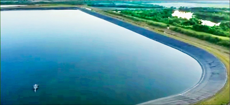 美國佛州馬納提郡一處磷肥廢水貯水池出現裂縫,上億噸廢水恐潰堤,當局正全力搶救。(歐新社)