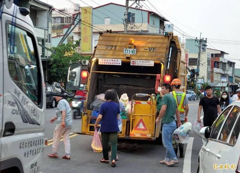 南投市公所在街頭收運垃圾時,也再度提醒民眾勿追逐垃圾車,以策安全。(記者謝介裕攝)