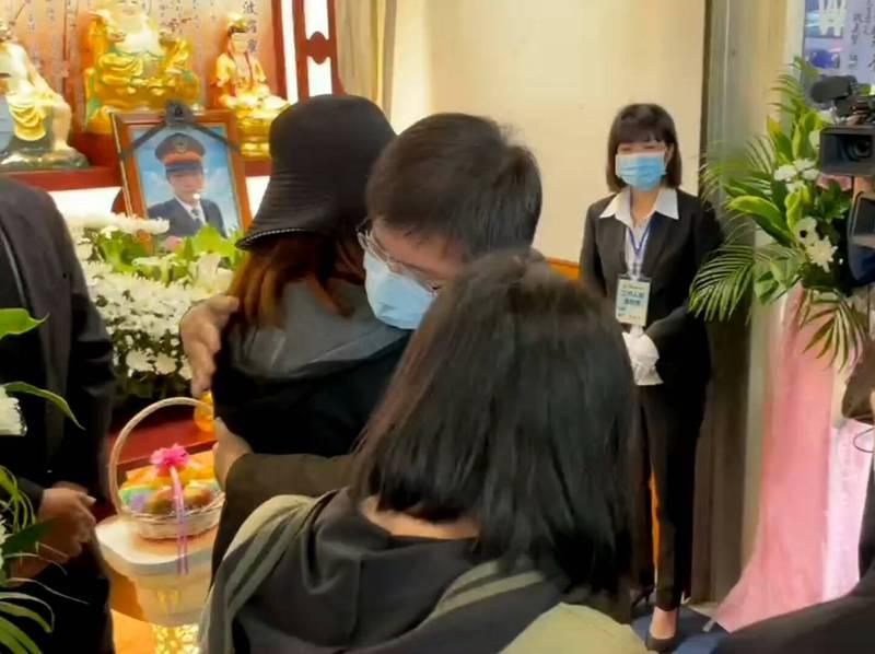 林佳龍到袁淳修告別式上致意,並一一擁抱家屬,希望他們堅強、加油。(民眾提供)