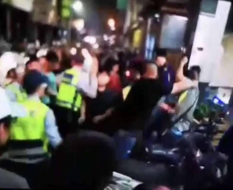 前年大甲媽南下進香通過彰化市民生地下道後,爆發流血衝突,造成員警與記者受傷。 (資料照,民眾提供)