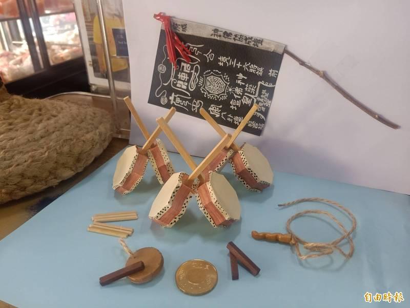 台南13歲女孩賴子晴以約1:10比例手作小法團道具縮小模型。(記者王姝琇攝)