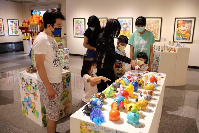 民眾到港區藝術中心參觀順天國小美術班學生作品。(港區藝術中心提供)