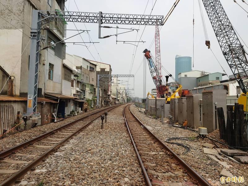 南鐵地下化工程推進,青年路平交道進入地下隧道(右側)開挖工區範圍。(記者洪瑞琴攝)