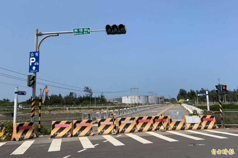 台中市清水區高美濕地旁的濱海橋,將於4月14日動工重建,預計明年6月底前完工。(記者歐素美攝)