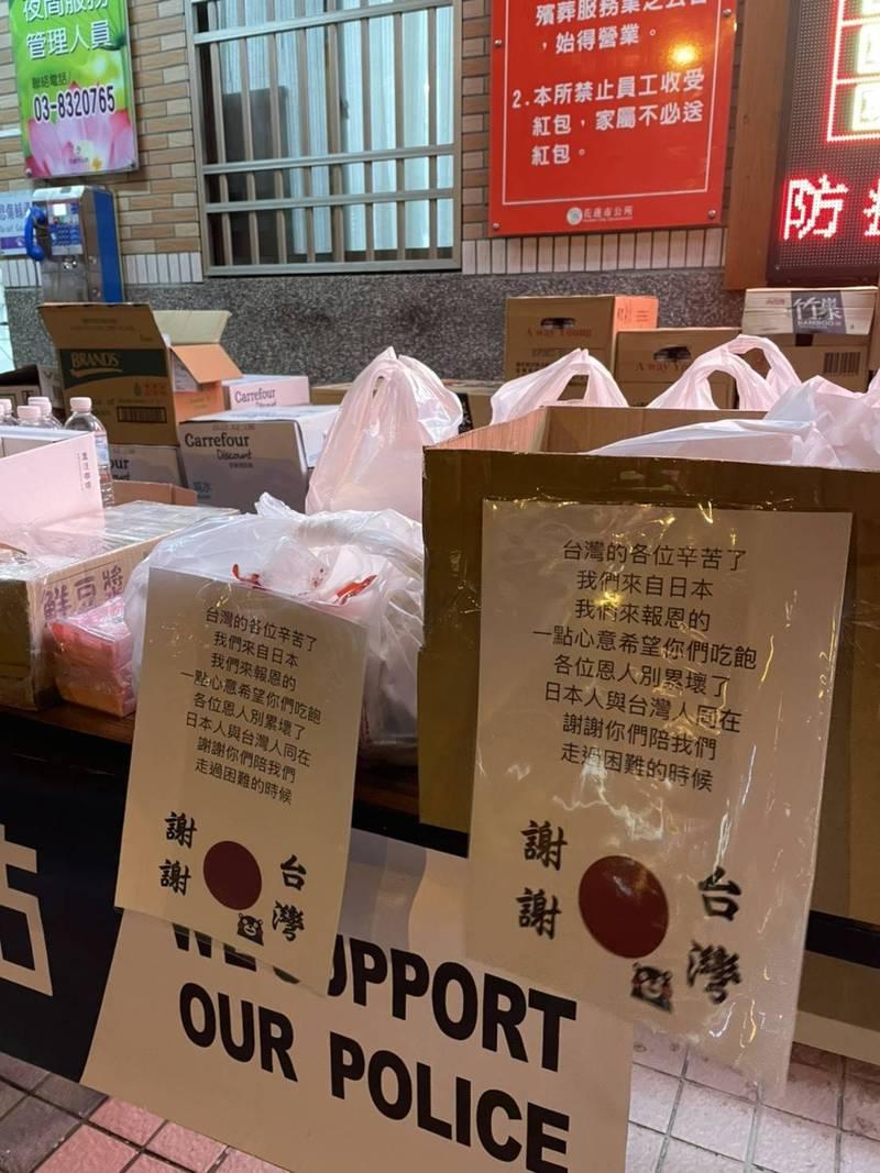 花蓮警分局在殯儀館現場設置「警察行動補給站」,提供第一線檢警熱食,在台3名日本人也特地遞送蛋包飯,留言「我們是來報恩!」惹哭現場執勤員警。 (記者王峻祺翻攝)