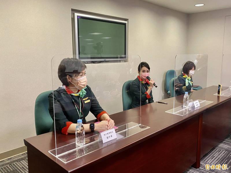 長榮航空指導事務長張凱為(中舉麥克風者)說,她作為一名母親,讓小孩成為在學校人人刻意保持距離的對象。(記者魏瑾筠攝)