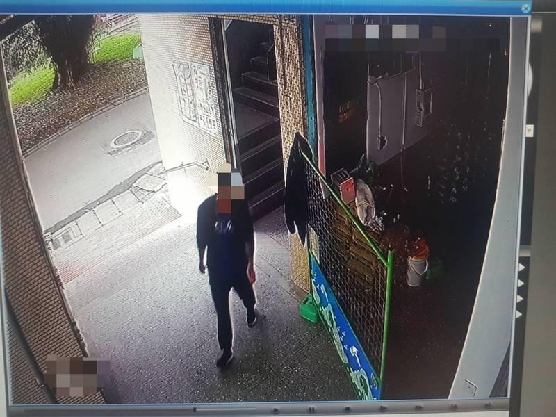警方趁陳在工地工作時逮人。(記者王冠仁翻攝)