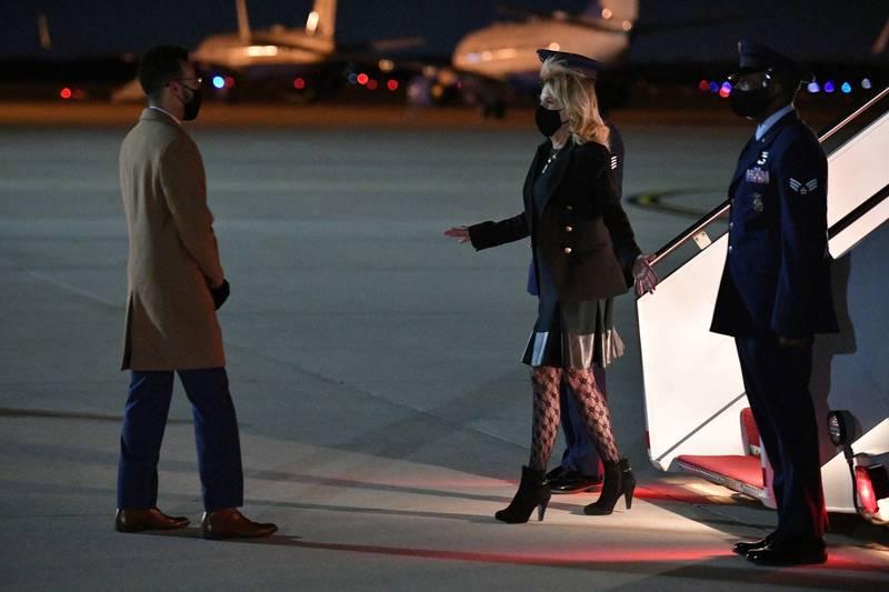 吉兒1日晚間返抵機馬里蘭州安德魯斯空軍基地時,被拍到身穿黑夾克與短裙,腳穿高跟黑短靴,秀出包裹著花紋黑褲襪的雙腿。(路透)