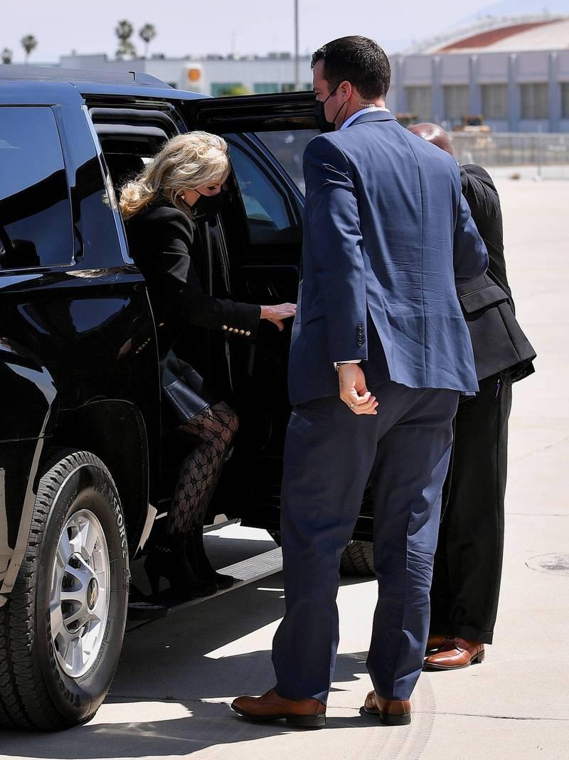 吉兒當天稍早在加州梅多斯菲爾德機場,也被拍到穿著同樣的行頭。(路透)