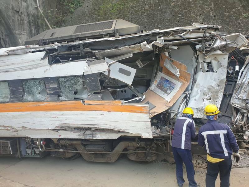 太魯閣號事故列車7、8車廂撞擊最為嚴重,台鐵先支解部分殘體,今天下午拖出第7車廂,車體扭曲變形、玻璃破碎。(記者王峻祺翻攝)