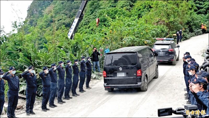 台鐵太魯閣號事故中,最後一具遺體順利移出,現場員警列隊向護送的廂型車致意。(記者王錦義攝)