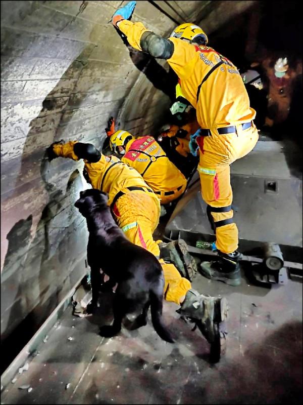 台鐵太魯閣號408車次發生重大事故,台北市消防局第一時間派遣搜救隊8車24人、救護車10車21人,共計18車45人投入搶救。(台北市消防局提供)