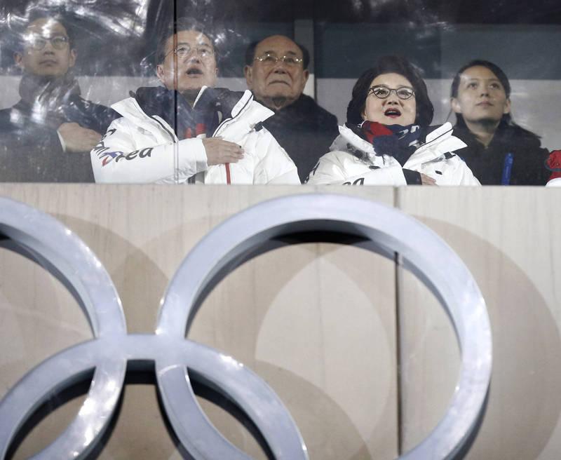 《韓聯社》今天報導,南北韓打破對話僵局希望恐隨著北韓宣佈不參加奧運而破滅。圖為2018年平昌東澳,南韓總統文在寅(左二)與北韓領導人金正恩胞妹同框畫面(右一)。(美聯社資料照)