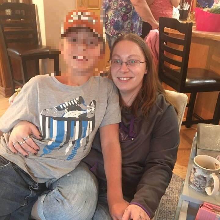 美國33歲女子安娜(右),為了讓妹妹和父親結婚,竟聯手虐殺妹妹的男朋友麥奎爾。(圖翻攝自Amanda Naylor臉書)