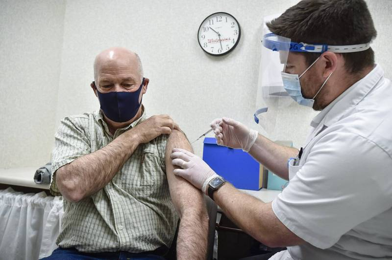 The governor of Montana, Greg Gianforte, received the first dose of the Wuhan pneumonia vaccine. It is expected that he is still diagnosed.  (Associated Press)