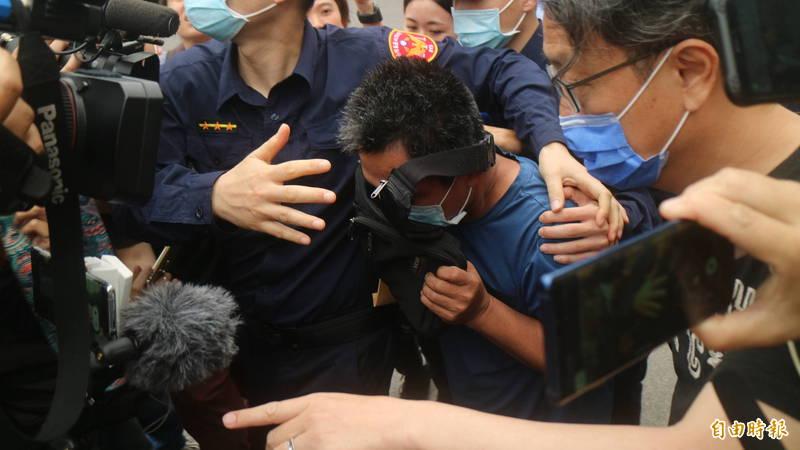義祥工業社負責人李義祥交保時,拿小包包遮臉離開法院。(資料照)