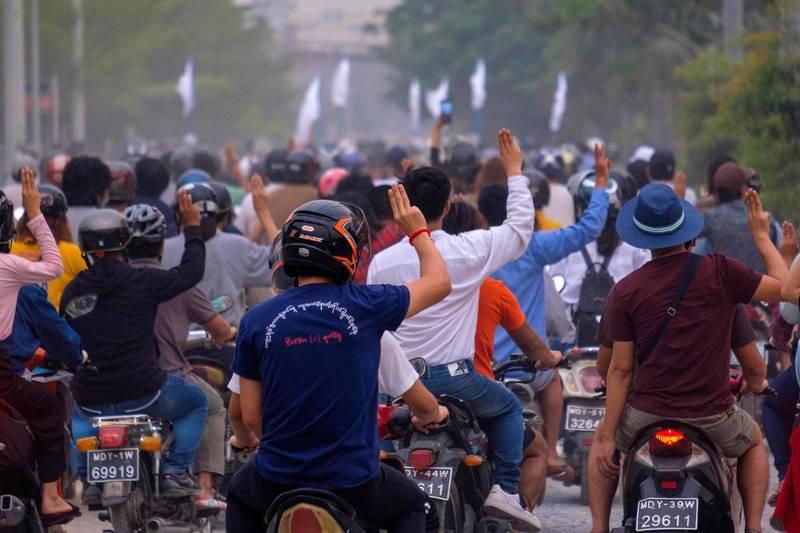 緬甸反軍事政變抗議持續,圖為4月4日示威者在反對軍事政變示威遊行中,舉起三指以示抗議。(法新社)