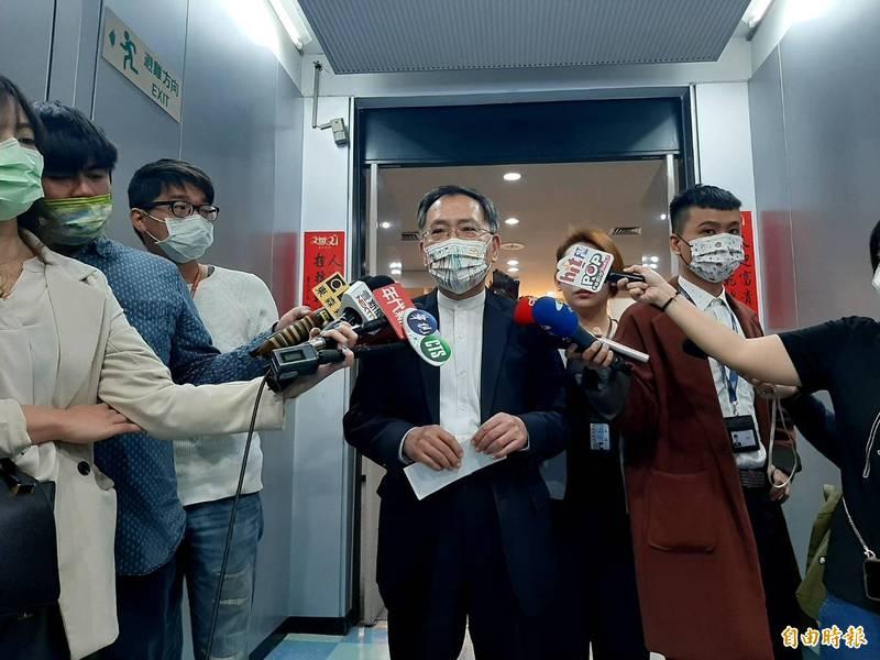 蔡炳坤說,放冷箭、放話的小人,不夠資格在團體裡。(記者郭安家攝)