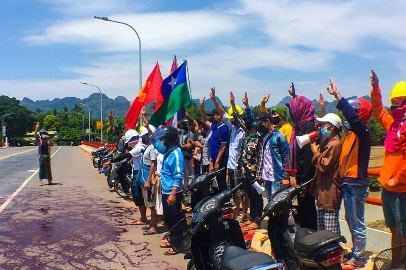緬甸群眾也仿效泰國示威者以暢銷小說《飢餓遊戲》為靈感,將3根手指舉向天空,行「三指禮」,作為抗議軍政府的手勢。(美聯社)