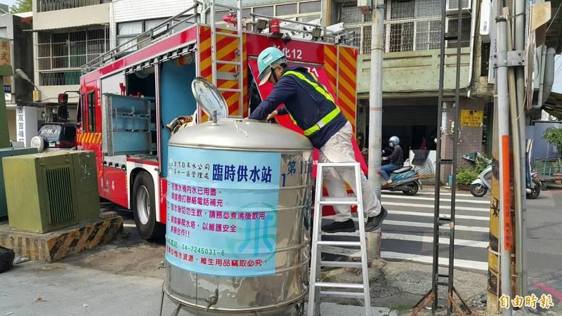 消防局出動水庫車補充取水站鐵桶水源。(資料照)
