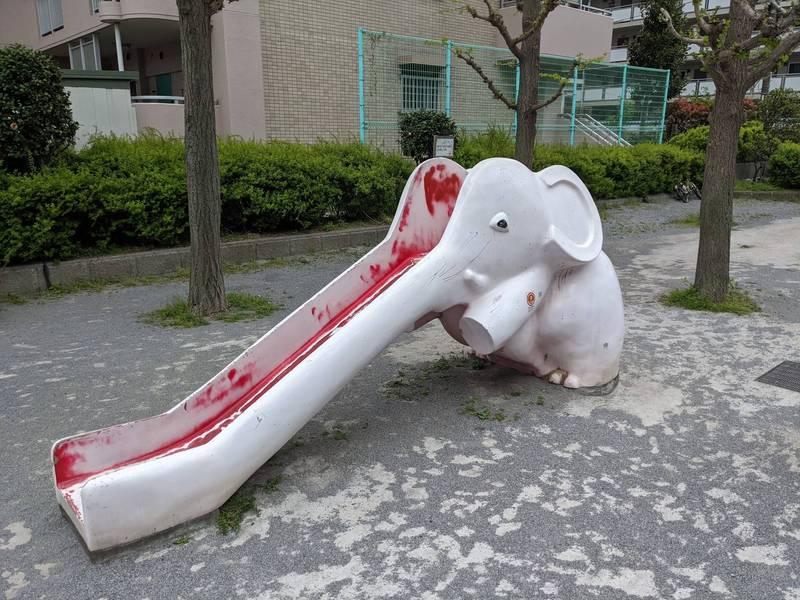 日本網友在公園中發現一隻「被剖半的大象」。(圖取自推特「@9kobject」)