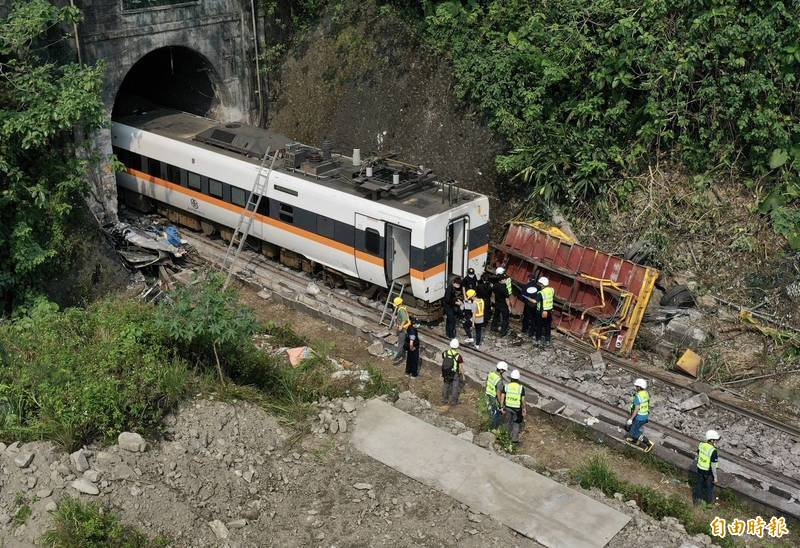 台鐵408次太魯閣號列車2日撞上滑落到軌道上的工程車,造成嚴重死傷,運安會主任委員楊宏智指出,事故地點不僅鄰近隧道口又是一個彎道,司機員在發現後雖盡責立即緊急煞車,但僅有4秒根本就來不及。(資料照)